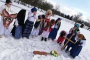 Deti zJazernice si vyskúšali túto ceremóniu odetí vtradičných krojoch.