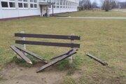 Lavičky v Záturčí prešli opravou. Poslanci sa rozhodli ešte deväť pridať.