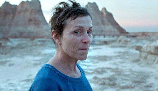 Frances McDormand vo filme Krajina Nomádov.