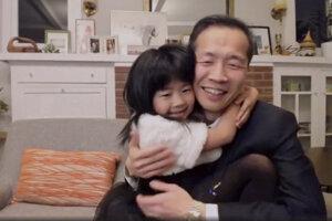 Režisér Lee Isaac Chung so svojou dcérou pri ďakovnej reči.