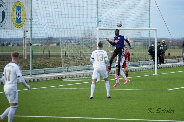 Najvyššie vyskočil útočník KFC Sidibe, ale gól v zápase nezaznamenal. Jeho mužstvo však napriek tomu vyhralo nad Popradom 4:1.