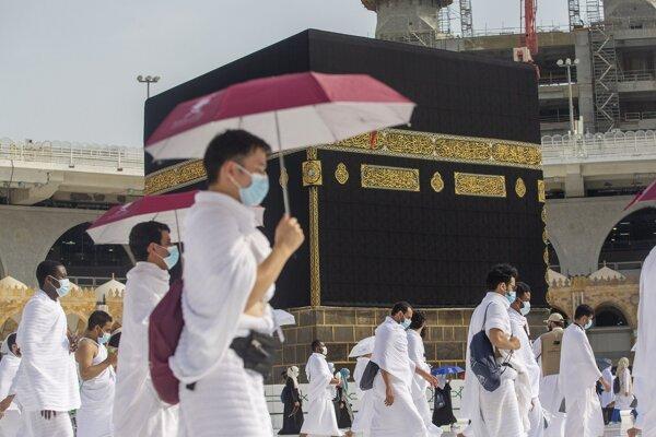 Obmedzený počet moslimov s ochrannými rúškami, ktorí dodržiavajú sociálny odstup, prichádzajú k ústrednej svätyne Káby počas tradičnej púte hadždž v Mekke 31. júla 2020.