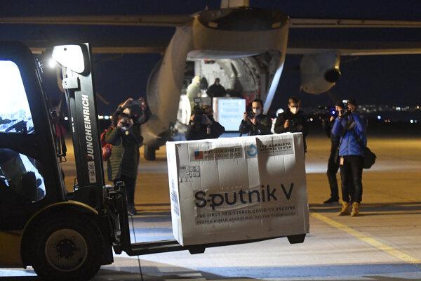 Sputnik dorazil na košické letisko za prítomnosti vtedajšieho premiéra Igora Matoviča a bývalého ministra zdravotníctva Mareka Krajčího (obidvaja OĽaNO).