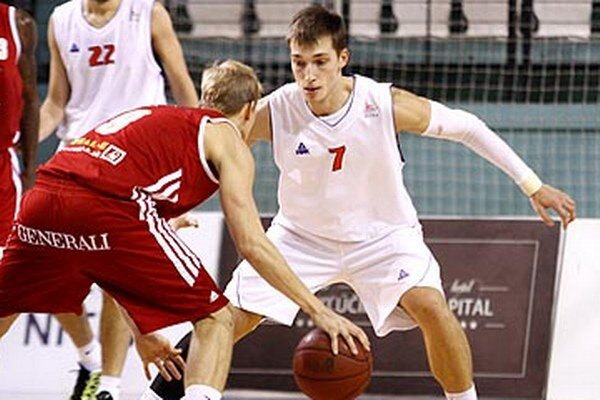 Sven Smajlagič (7) prišiel v lete do Nitry z Banskej Bystrice po tom, ako sa vedenie klubu nedohodlo na pokračovaní spolupráce s Majom Kovačevičom (s loptou). Ten teraz hrá za Komárno.