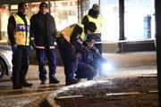 """Policajti stoja na mieste predpokladaného """"teroristického"""" útoku vo švédskom meste Vetlanda."""