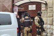 Polícia čaká pred nemocnicou pre obvinených v Trenčíne na Moniku Jankovskú, aby ju opätovne zadržala.