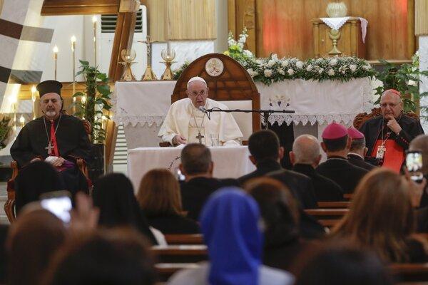 Pápež František počas historickej návštevy v Iraku.