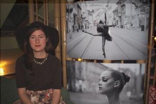 Kristína Vavreková pri svojich fotografiách.