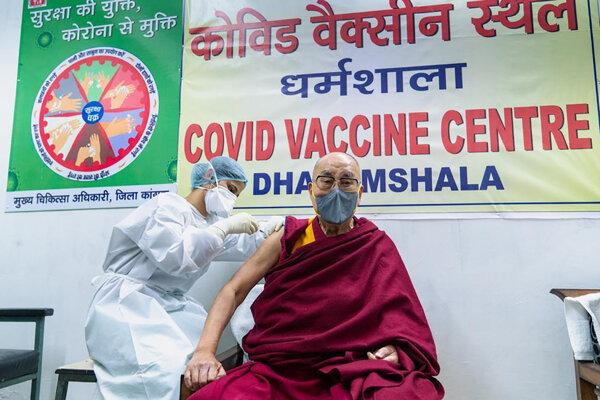 Dalai Lama počas vakcinácie