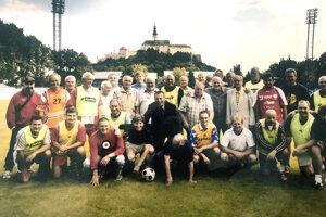 Snímka s bývalými ligistami Nitry je stará päť rokov - z oslavy Hrušovského 65-tky.