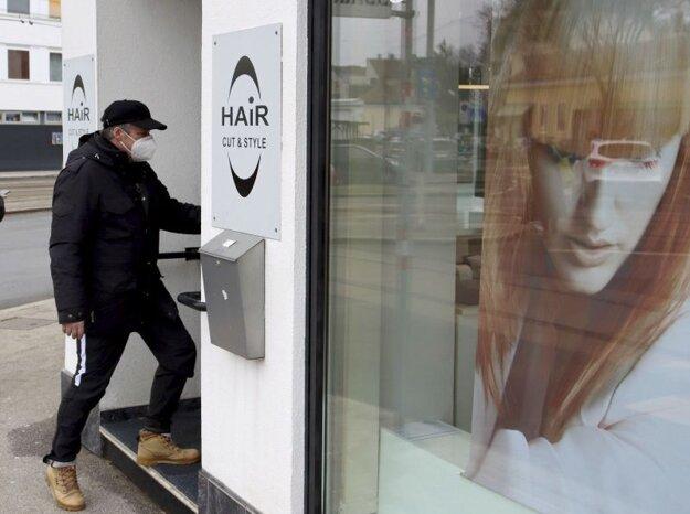 Klient s respirátorom  FFP2 vstupuje do holičstva vo Viedni, ktoré sa opätovne otvorili po uvoľňovaní opatrení zavedených v rámci tretieho plošného lockdownu v Rakúsku v pondelok 8. februára 2020.