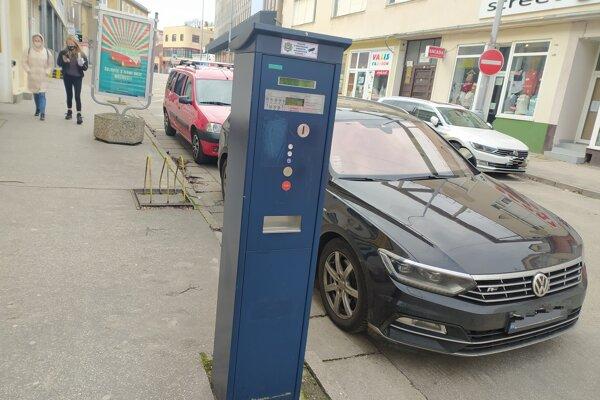 Platené parkovanie v centre Nových Zámkov prešlo zmenami.