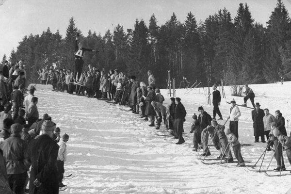 Skoky na lyžiach pod Hájom mali veľký divácky záujem (60-te roky)