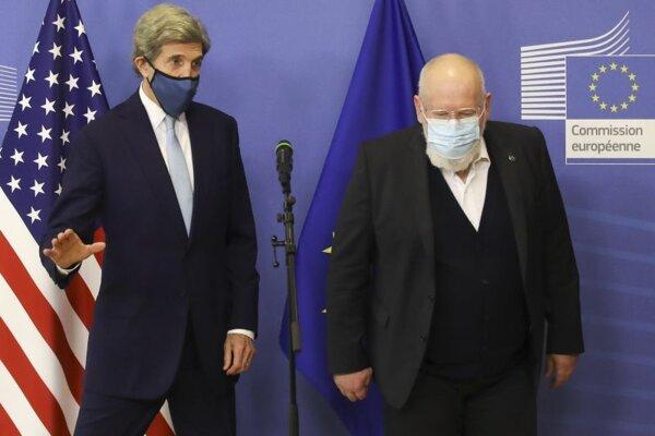 Podpredseda Európskej komisie Frans Timmermans a John Kerry, americký vyslanec pre problematiku zmeny klímy.