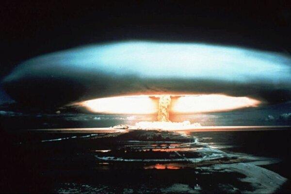 Na archívnej snímke zo septembra 1971 je detonácia nukleárnej bomby na ostrove Mururoa vo Francúzskej Polynézii.