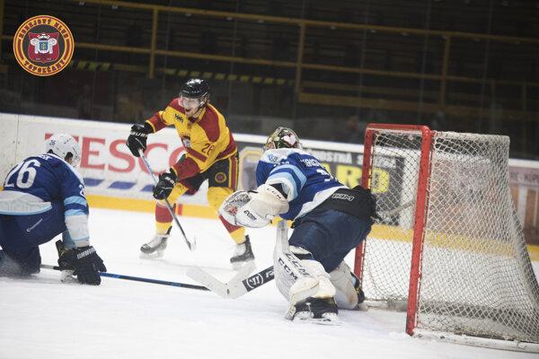V prvom zápase uspeli hostia z Dubnice.