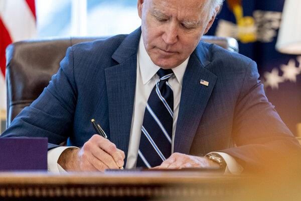 Joe Biden podpisuje stimulačný balík v hodnote 1,9 bilióna dolárov.