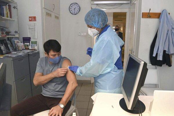 Maďarský prezident Jánoš Éder príjima vakcínu Sinopharm, ktorú vyvinuli v Číne.