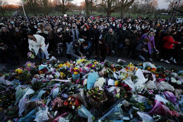 Ľudia sa zhromaždili na pamiatku Sarah Everard