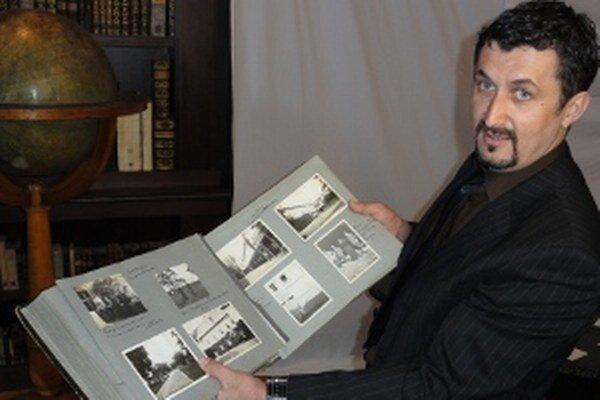 Peter Králik ukazuje album s fotkami Cardezu.