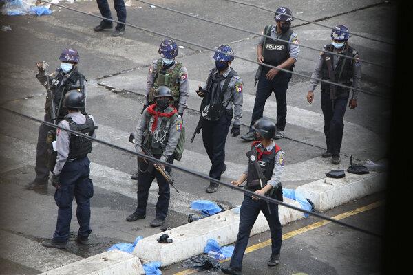 Bezpečnostné zložky v Rangúne.