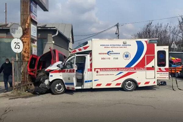 Pri nehode sa zranil muž.