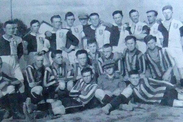 Archívny, nie práve najkvalitnejší záber zachytáva hráčov ZTC Zvolen (dolu v tmavopruhovaných dresoch) z druhej polovice roka 1923 po zápase vonku so Sláviou Banská Bystrica 2:2.