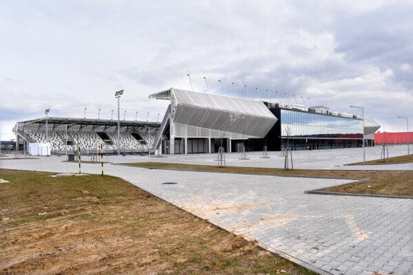 Košický futbalový štadión tvoria zatiaľ dve protiľahlé tribúny a budova zázemia.