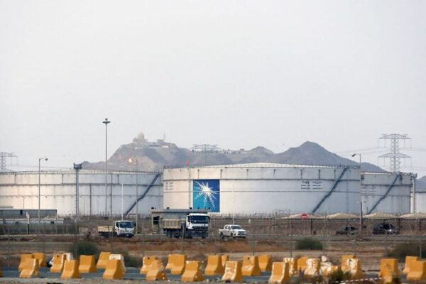 Na archívnej snímke z 15. septembra 2019 skladovacie nádrže v areáli ropného zariadenia spoločnosti Saudi Aramco.