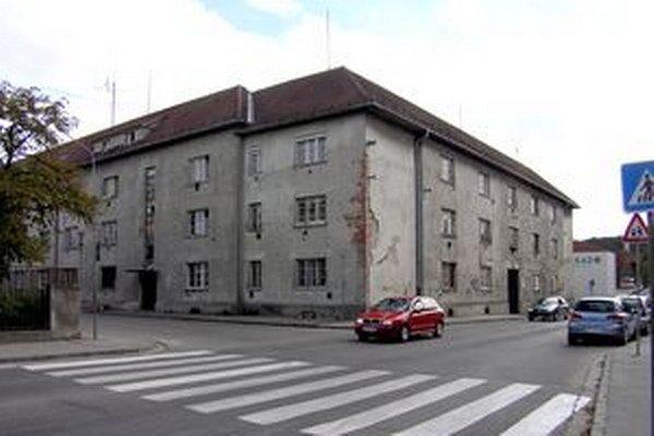 Bývalý dom opatrovateľskej služby na Hollého ulici oficálne stále patrí mestu. Firma ho bez doplatku od radnice nechce.