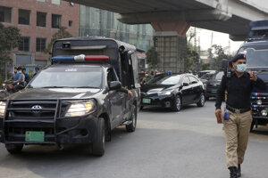 Policajt uvoľnuje cestu konvoju pred väznicou v Lahore.
