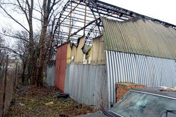 Policajný sklad v Zlatých Moravciach, v ktorom sú zaistené autá, v decembri podpálili zlodeji. Renault požiar nepoškodil.