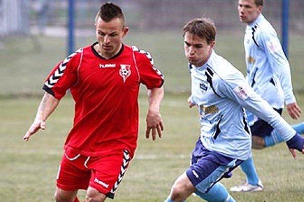 Krídelník Serede Miroslav Kasaj (vľavo) prispel v nedeľu k víťazstvu dvoma gólmi.