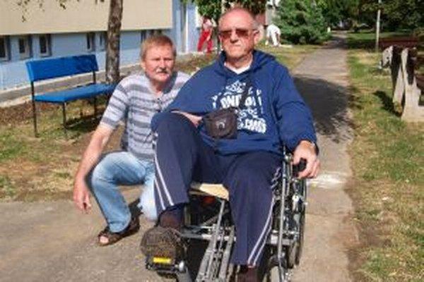 Zľava Jozef Drobec a Jozef Garaj na svojom vylepšenom vozíku.
