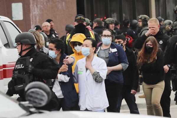 Polícia vyvádza ľudí zo supermarketu, kde po streľbe zahynulo  desať ľudí.