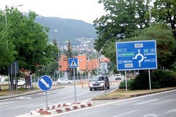 Vjazd na kruhový objazd pod Zoborom.
