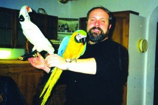 Rudolf Dulaj doma so svojimi papagájmi.