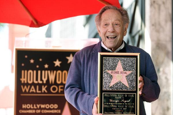 George Segal s replikou svojej hviezdy na Hollywoodskom chodníku slávy.
