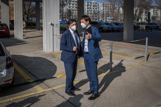 Minister životného prostredia Ján Budaj (vľavo) a minister financií Eduard Heger, ktorý je dočasne poverený vedením rezortu zdravotníctva a školstva, prišli na rokovanie klubu Za ľudí.