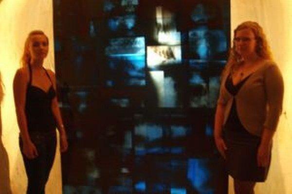 Zľava Lucia Parajková a Jana Babušiaková pri kompozícii z presvetlených röntgenových snímok.