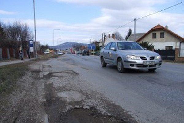 Výtlky na Cabajskej ceste, ktorá je v správe kraja.