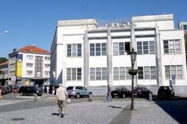 Budova nitrianskej hlavnej pošty je funkcionalistickou pamiatkou. Postavili ju v rokoch 1929 - 1930 a od začiatku tu sídlil Poštový a telegrafný úrad.