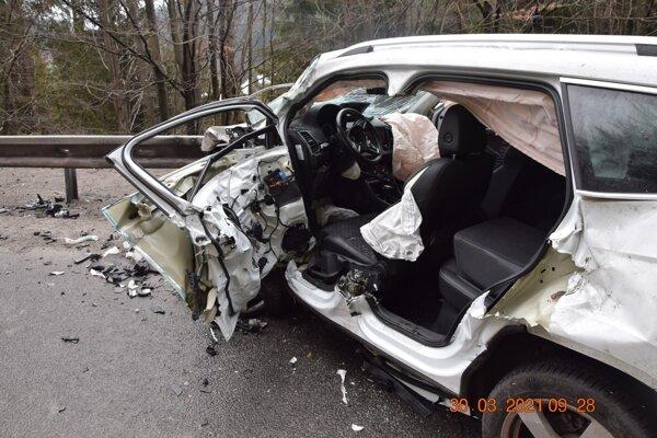 Vodič osobného auta skončil so zraneniami v nemocnici.