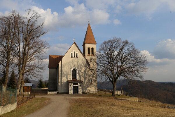 Kostolík v obci Vysoká.