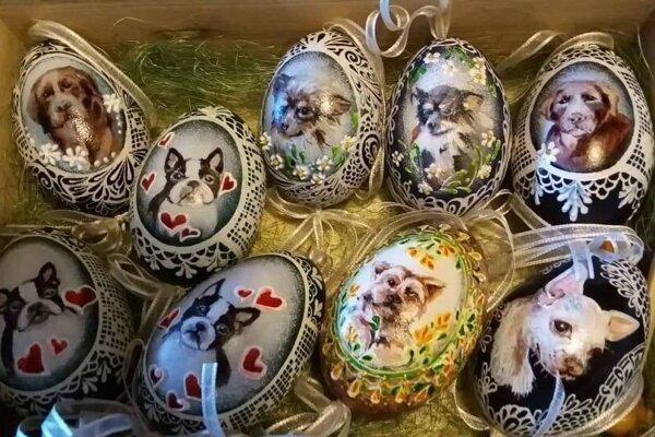 Popri tradičných ľudových motívov zo Slovenska vyskúšala pani Mária aj netradičné zdobenie. Jej talianski priatelia túžili mať na krasliciach svojich domácich miláčikov.