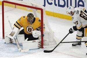 Sidney Crosby sa snaží prekonať slovenského brankára Jaroslava Haláka.