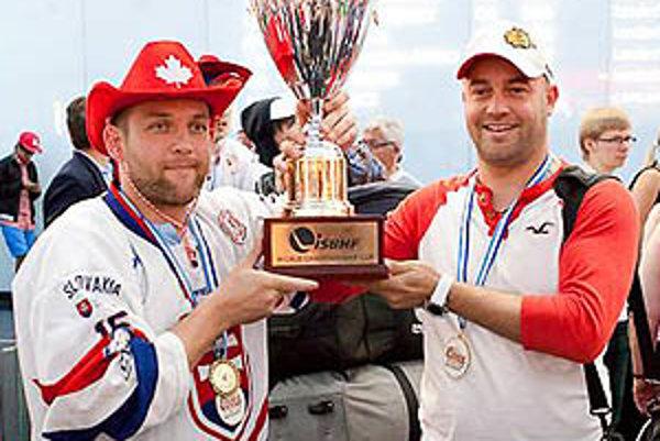 Róbert Kašša a Stanislav Petrík s pohárom pre majstrov sveta po prílete na letisko vo Schwechate.