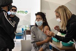 Zdravotníčka podáva vakcínu proti ochoreniu Covid-19 od spoločnosti Biontech/Pfizer Izraelčanke vo vakcinačnom centre počas vakcinácie širokej verejnosti v meste Dimona na juhu Izraela.