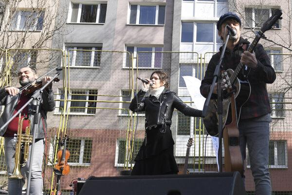 Skupina Peter Bič Project počas Veľkonočného pondelka koncertuje pred blokmi v košickej mestskej časti Západ pri Petzvalovej ulici.