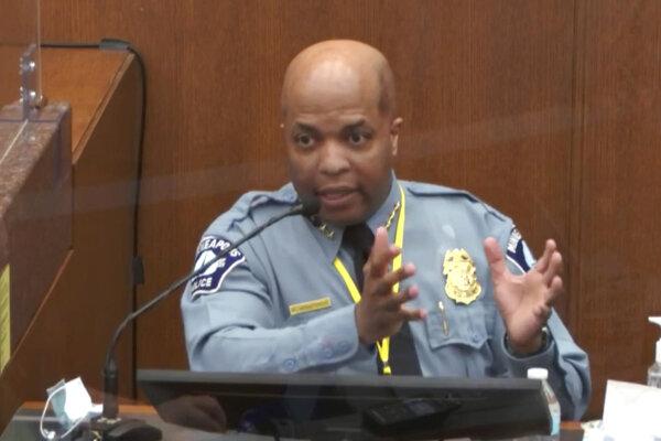 Šéf polície v Minneapolise Medaria Arradondo počas svojej výpovede na súde.